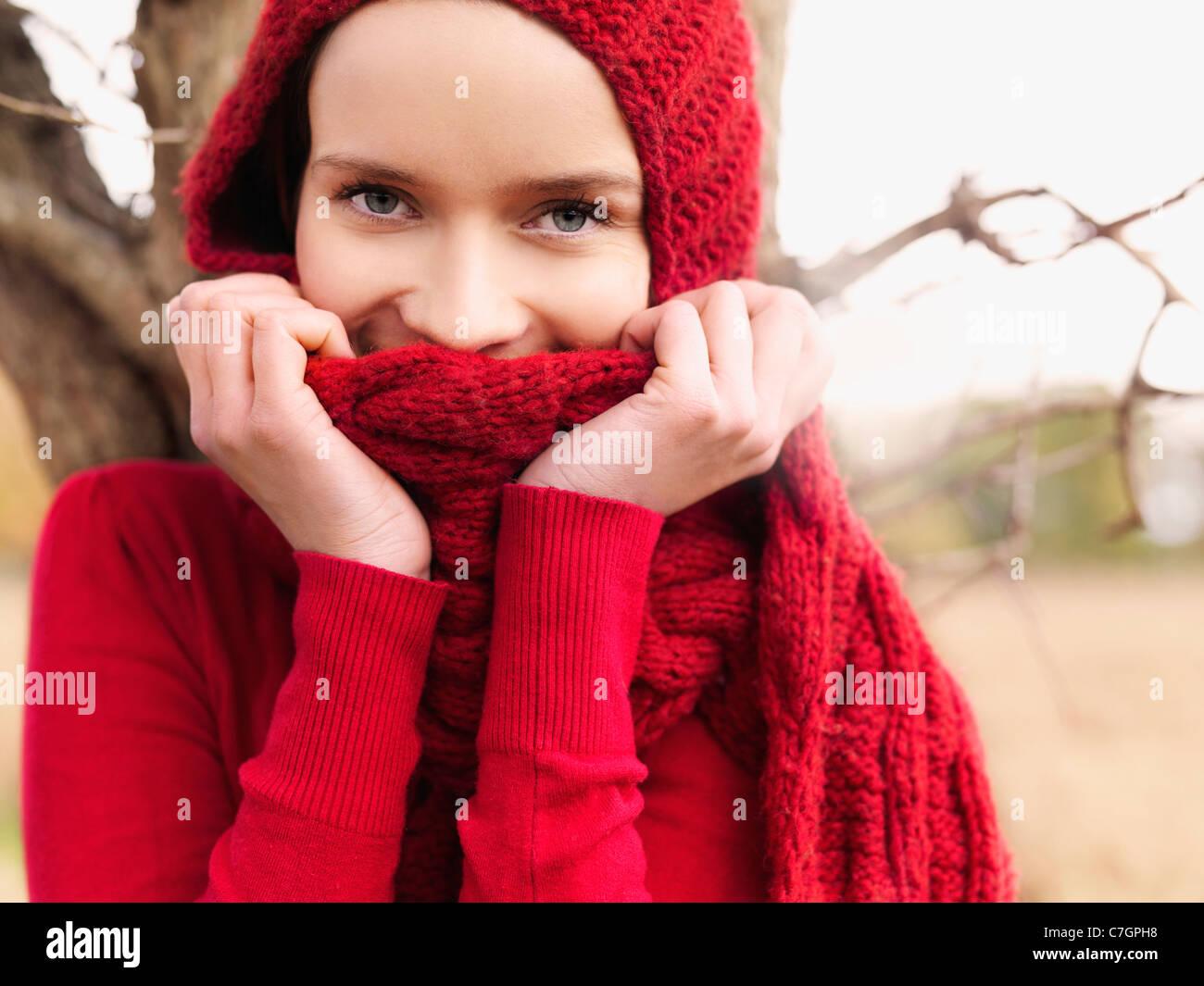 Una mujer mirando alegremente a la cámara Imagen De Stock