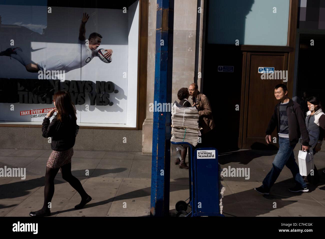 Un jugador de rugby Inglaterra buceo se propaga a través de la ventana de  la tienda 59e9e1c78e3ec
