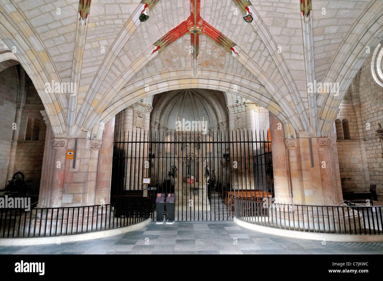 España, Camino de Santiago: Interior de la iglesia del monasterio de San Juan de Ortega Foto de stock