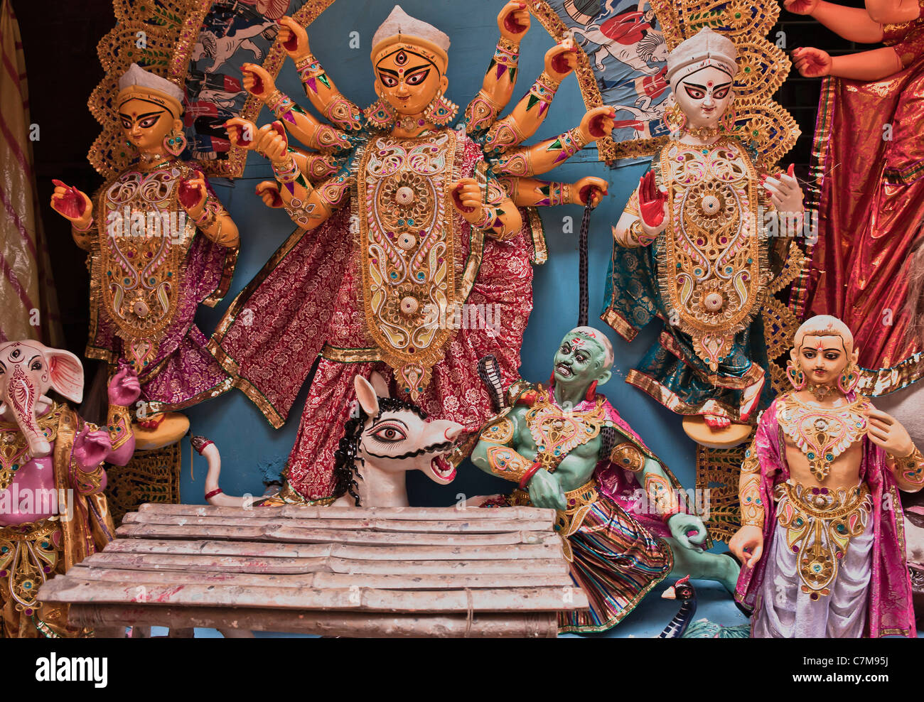 Cara de león,la diosa Durga,sus compañeros,en una plataforma. Imagen De Stock