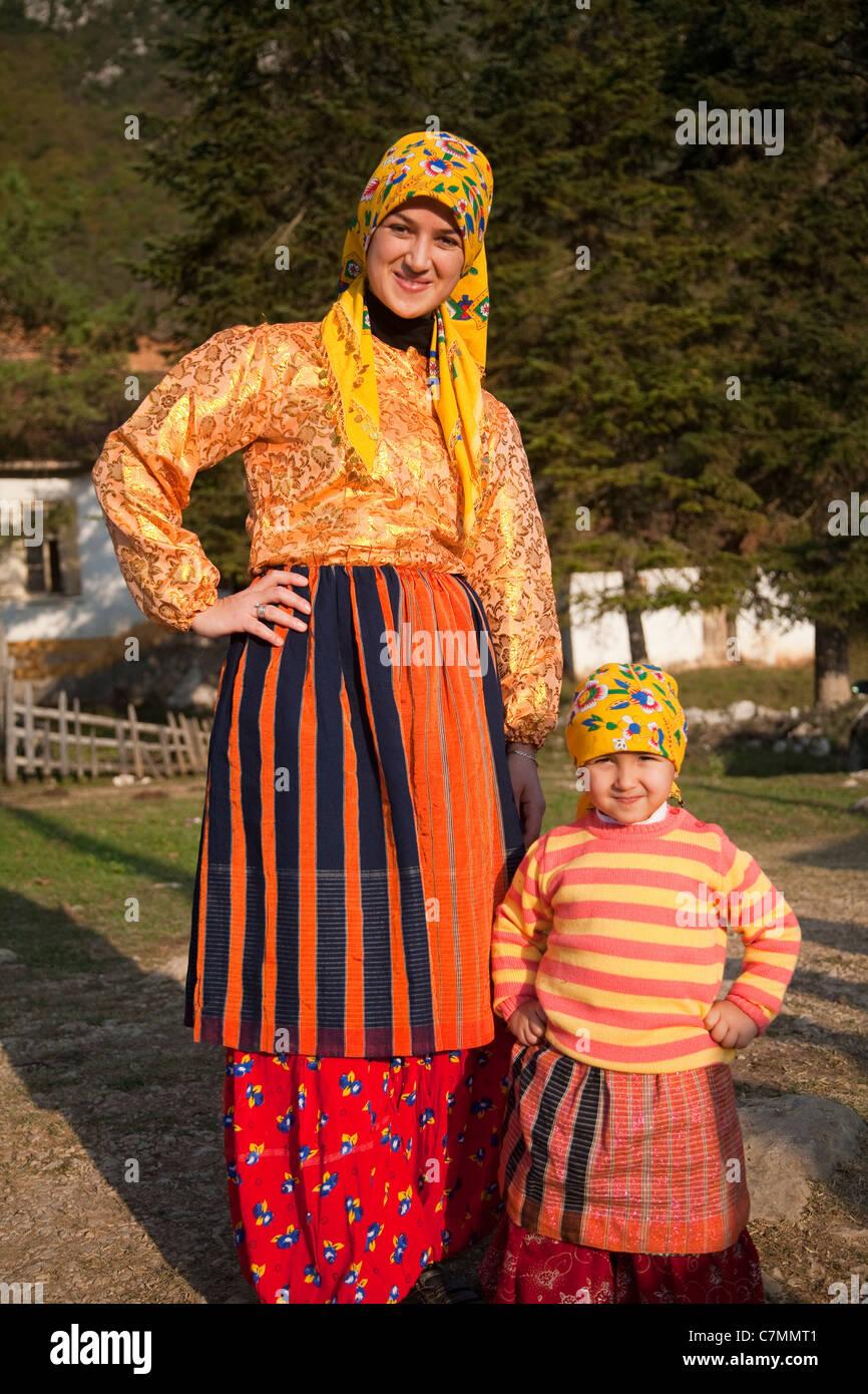 Mujer indígena y su hija en Loc Valle Kastamonu Turquía Imagen De Stock
