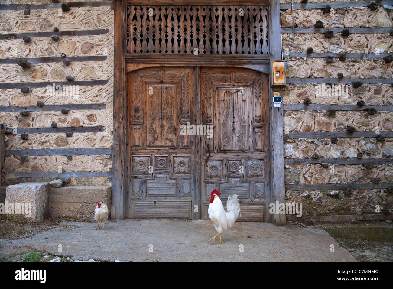 En la puerta de madera tradicional aldea Ormana Akseki Antalya Turquía Imagen De Stock