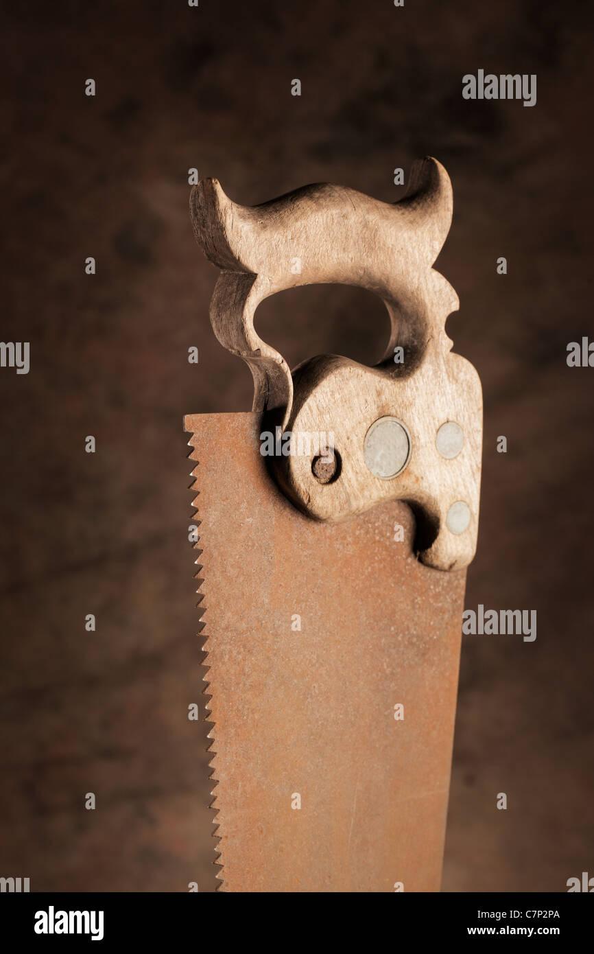 Mango de madera de una antigua sierra oxidada. Foto de stock