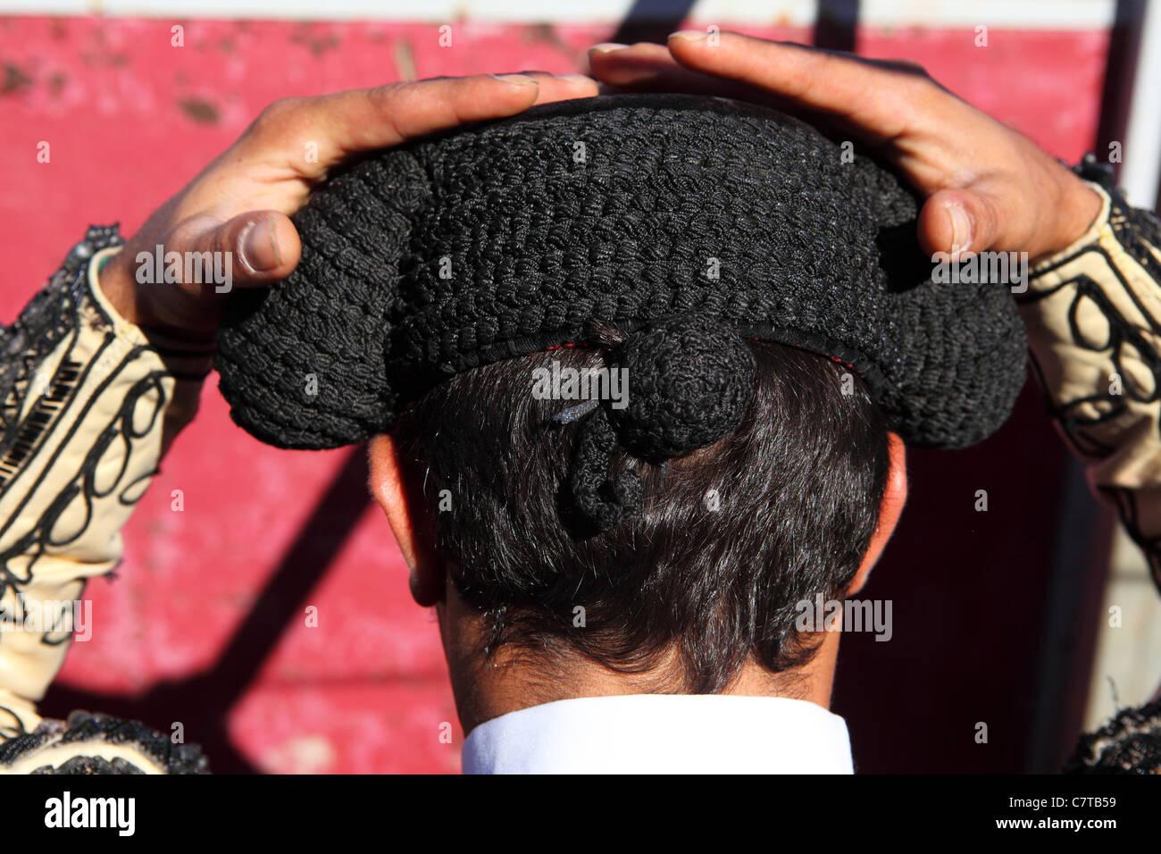 Un torero (Bandarilheiro) pone su sombrero (Montera) en posición antes de  una 848b8ee641a