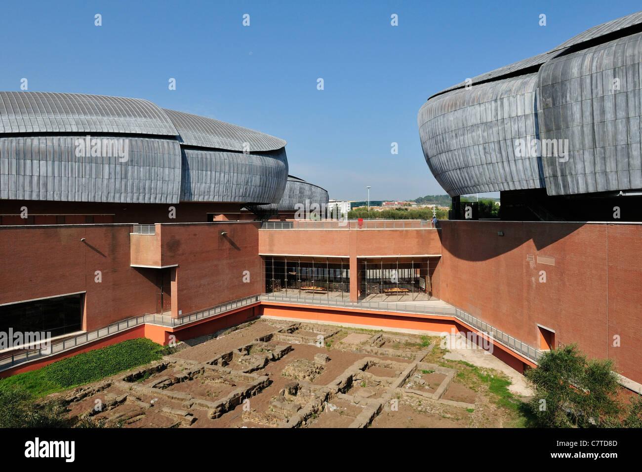 Roma. Italia. Auditorio Parco della Musica, diseñado por Renzo Piano y los restos de una antigua villa romana. Imagen De Stock