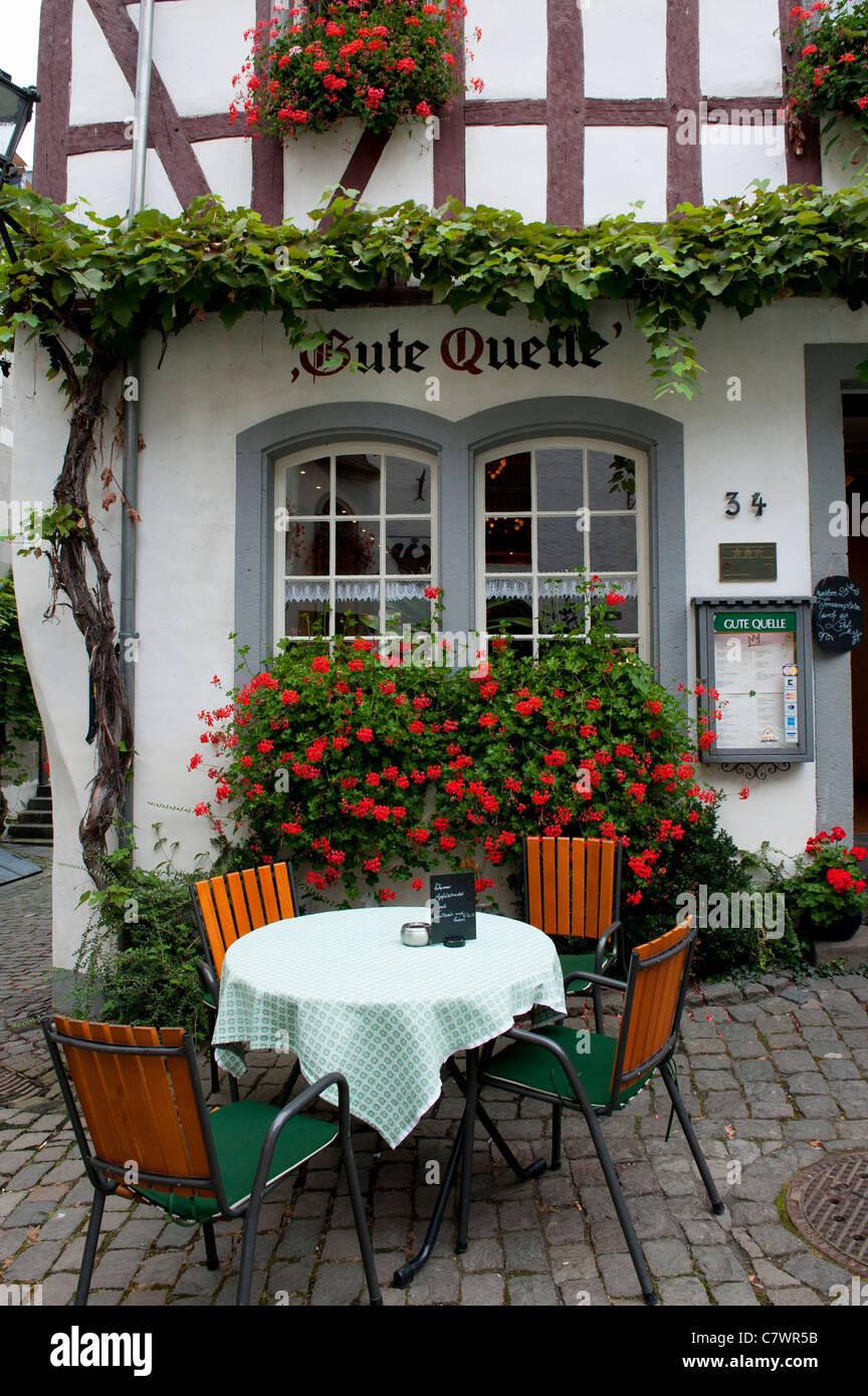 Café en la calle en la histórica aldea Beilstein en el río Mosel en Alemania Renania-Palatinado Imagen De Stock