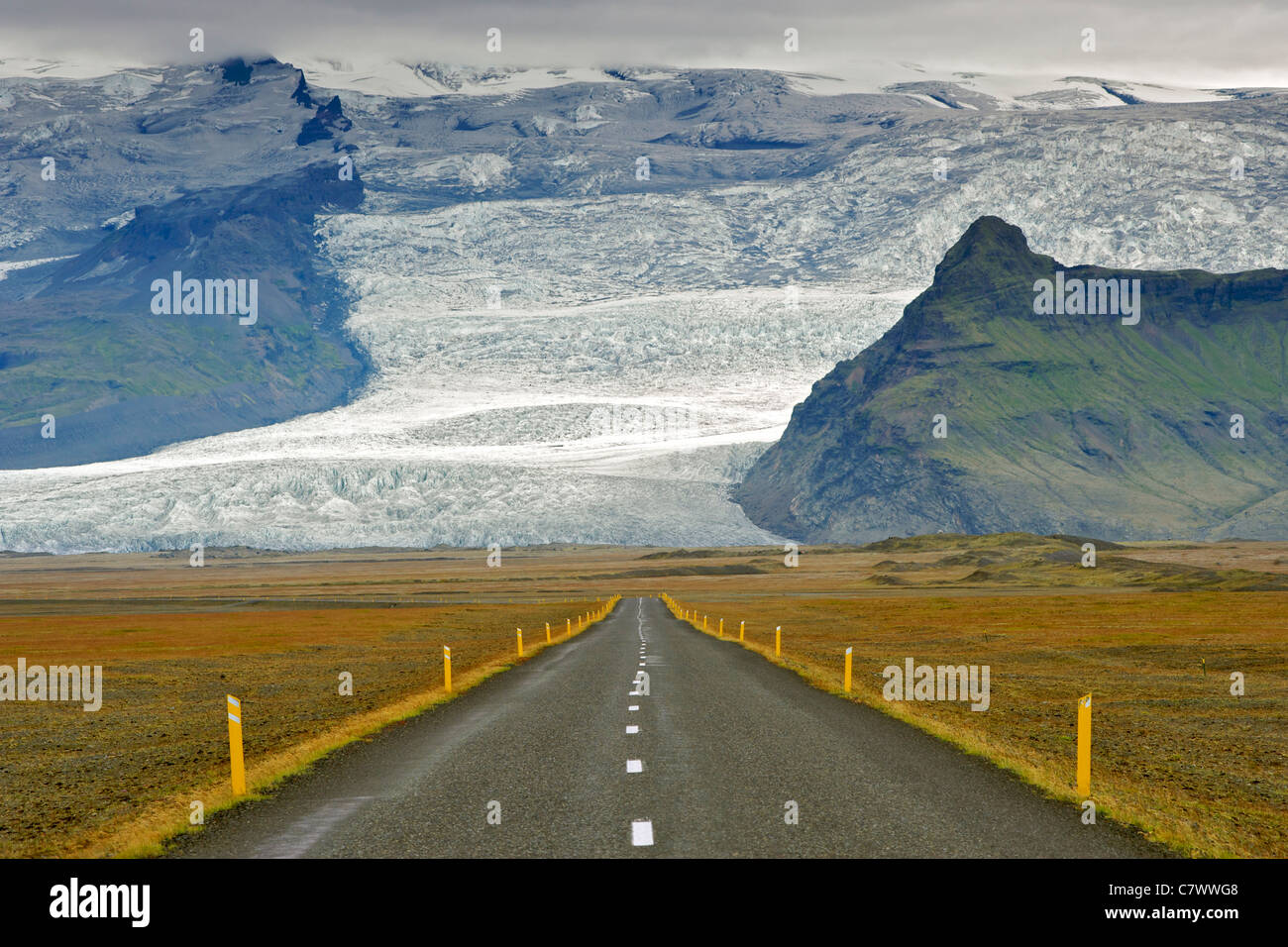 La carretera de circunvalación de Islandia y las laderas de la montaña más alta de Islandia Hvannadalshnúkur Imagen De Stock