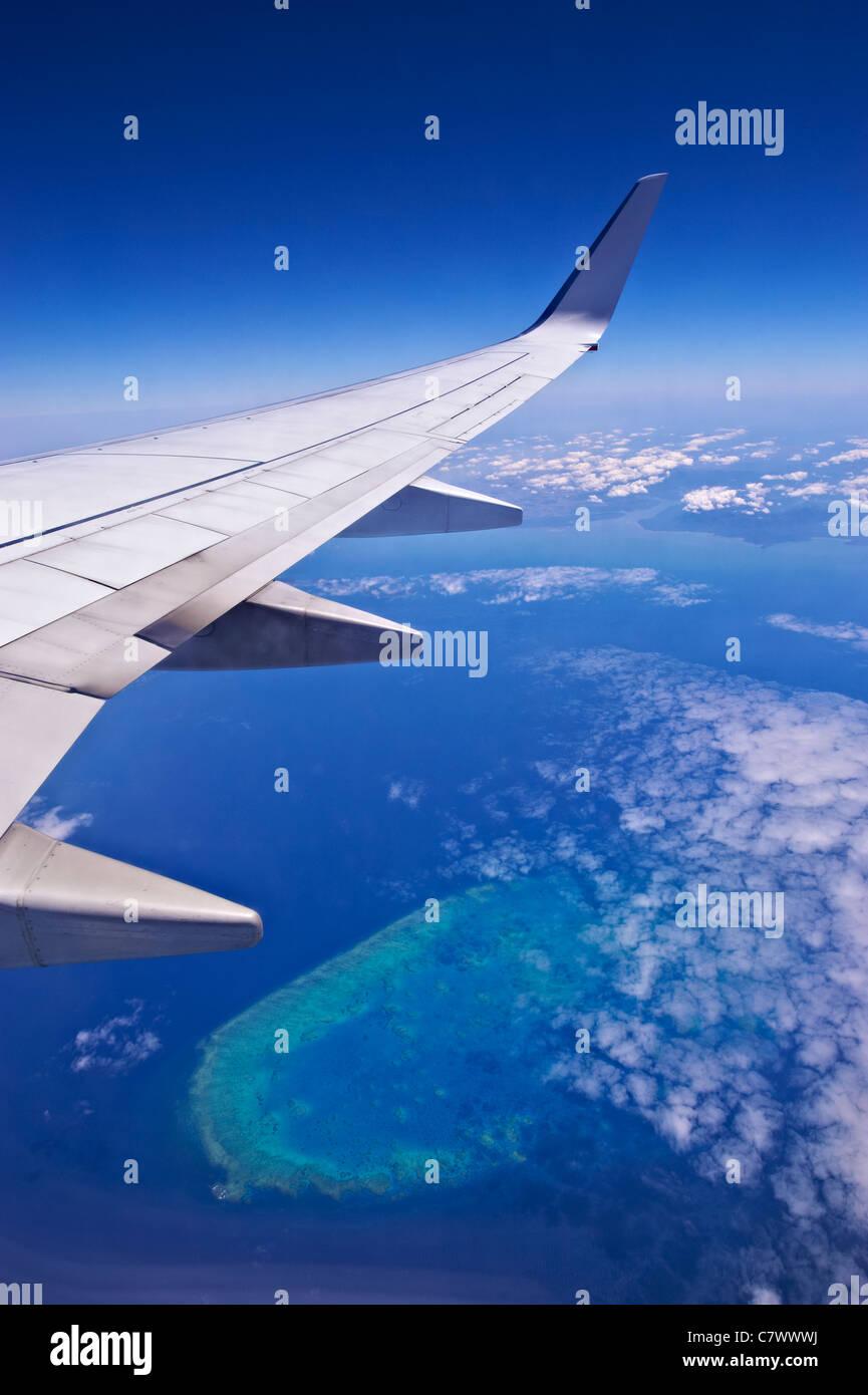 Vista desde la aerolínea sobrevolar la Gran Barrera de Coral de Australia Foto de stock