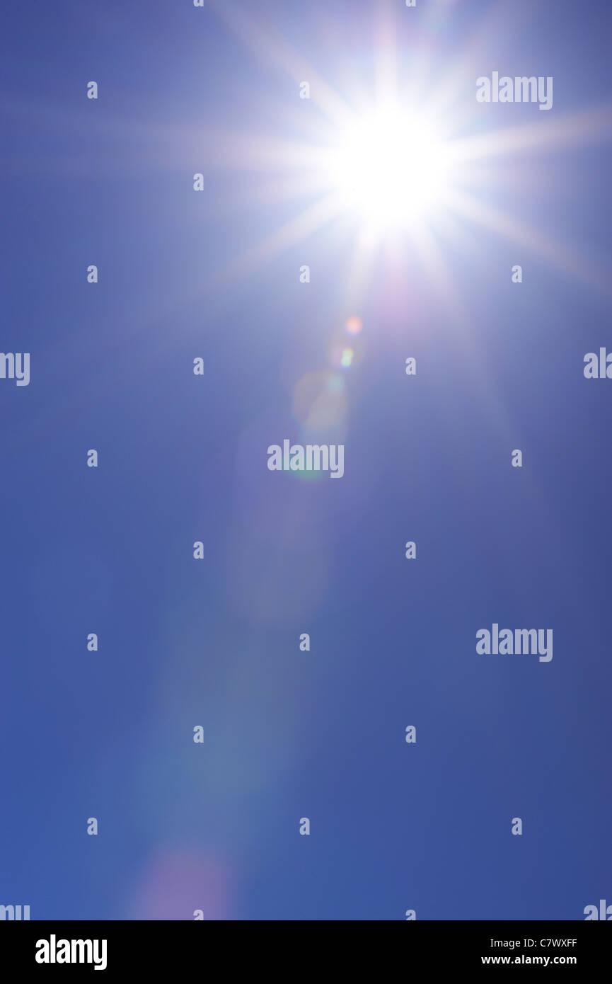 El azul claro del cielo y sunburst Imagen De Stock