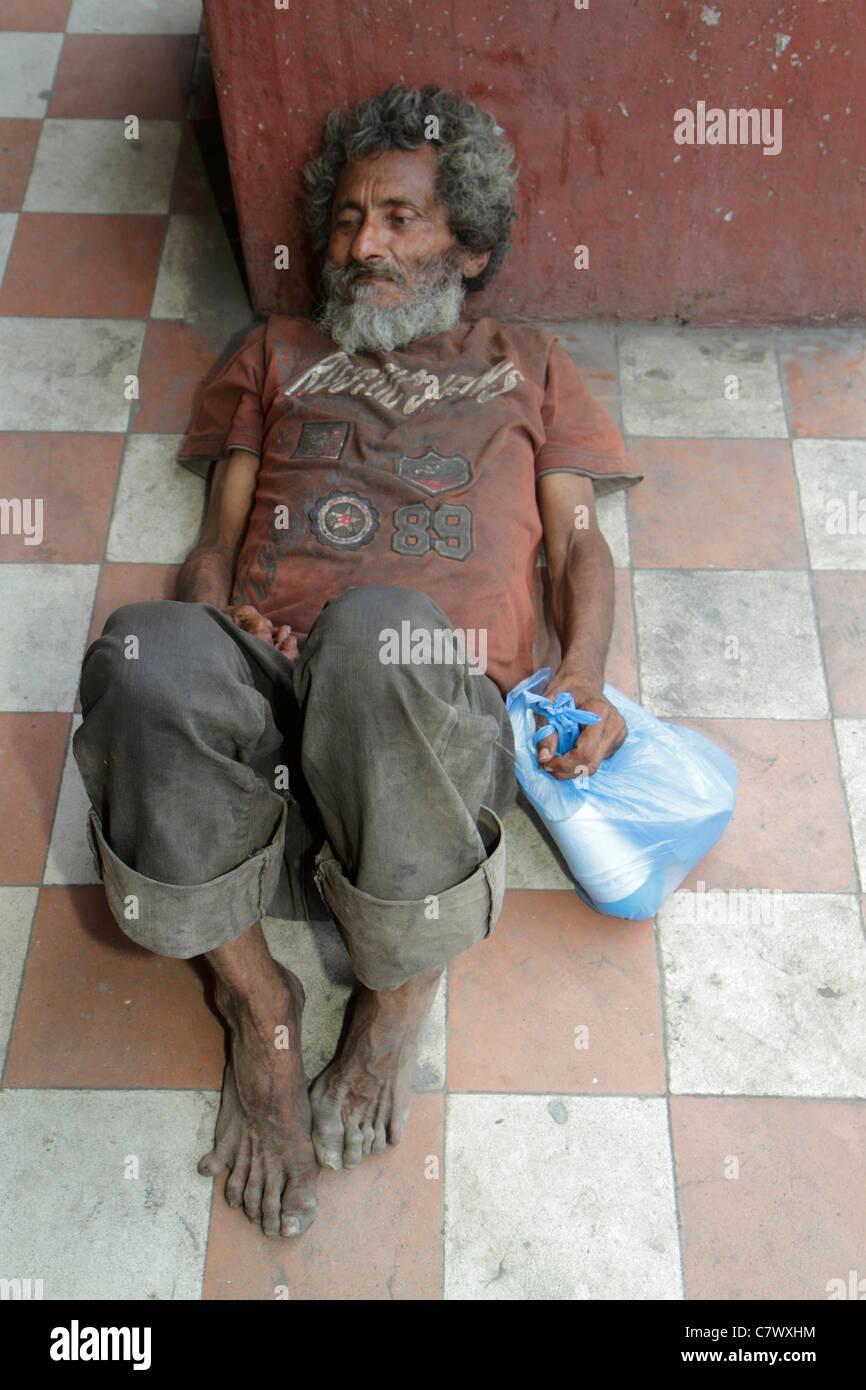 Nicaragua Granada Calle Real Xalteva vagabundo sin hogar pobreza abandonados hombre sucio descalzo asquerosas tumbado Imagen De Stock