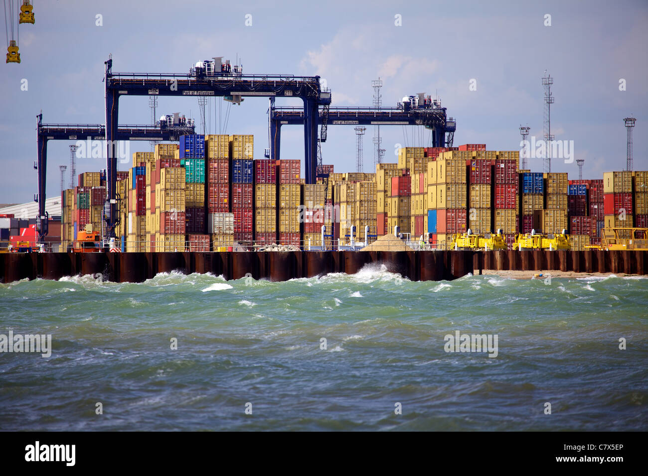 Comercio Internacional Global Britain - Puerto de Comercio Internacional Felixstowe - Contenedores apilados en el Puerto Felixstowe en el Reino Unido Foto de stock