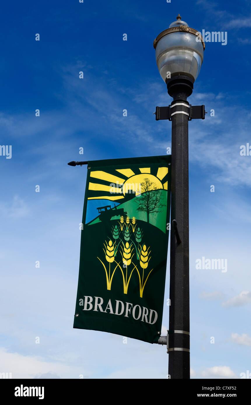 Farola con la agricultura banner para la ciudad de Bradford en Ontario, Canadá Imagen De Stock