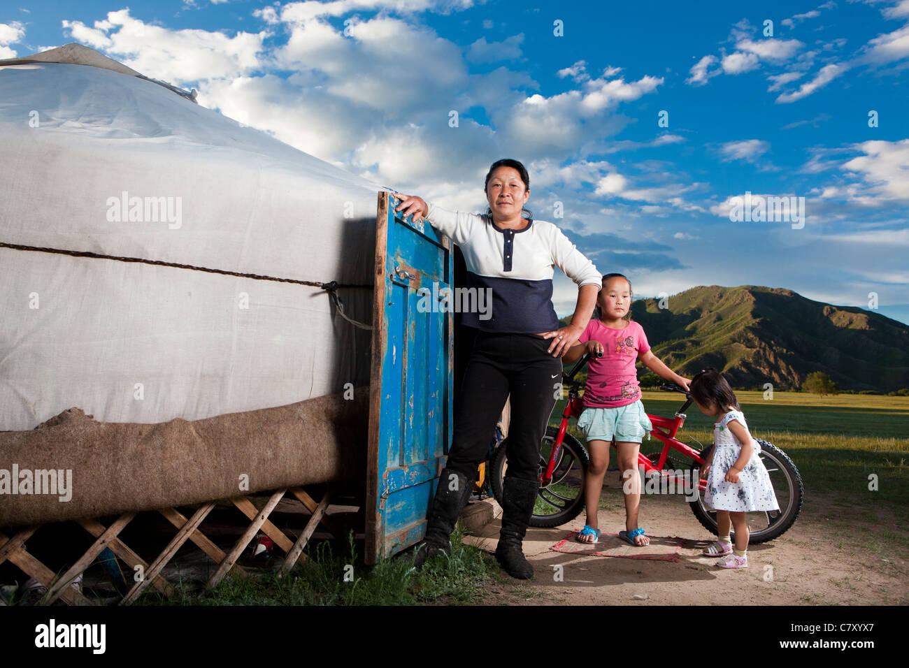 Mujer mongola tomar posar con nietas en su ger, Selenge, Mongolia Imagen De Stock