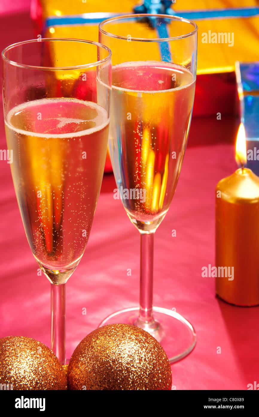 Copas de champán y regalos de Navidad Imagen De Stock