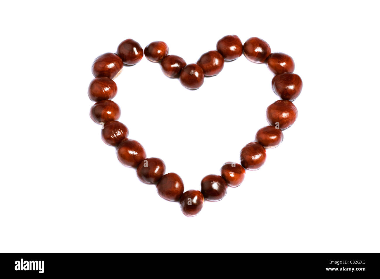 Corazón de castañas sobre fondo blanco. Imagen De Stock