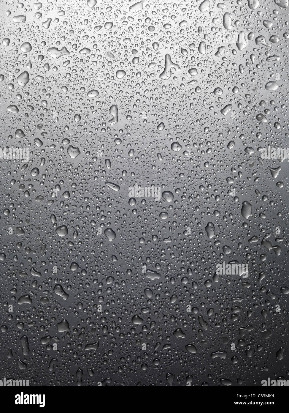 Color gris metálico brillante mojado con gotas de agua, textura de fondo Imagen De Stock