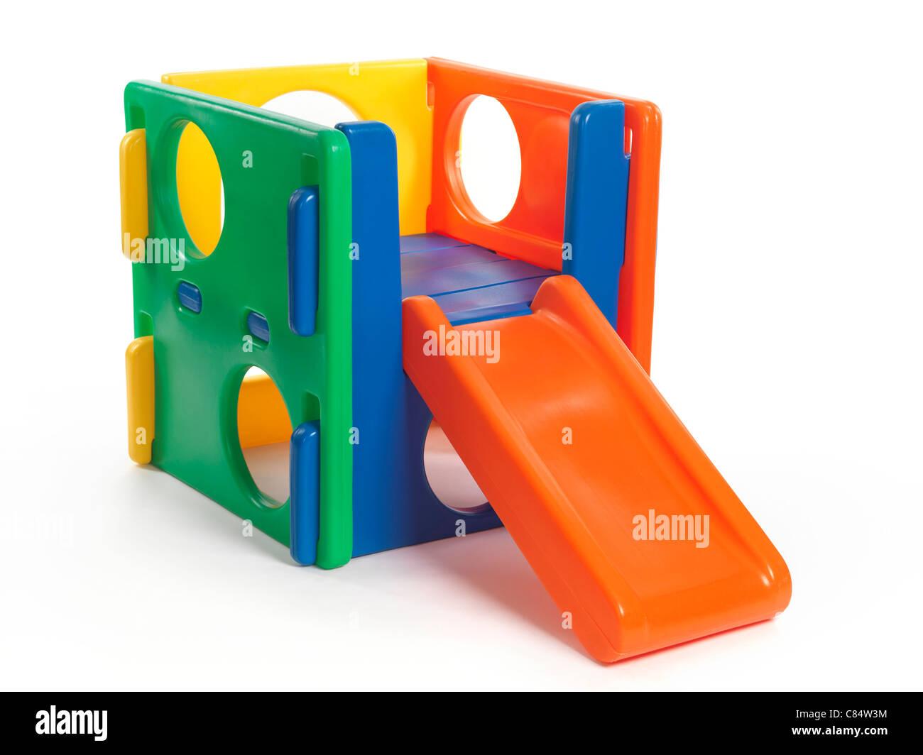 Kid escalador juguete con una diapositiva aislado sobre fondo blanco. Imagen De Stock