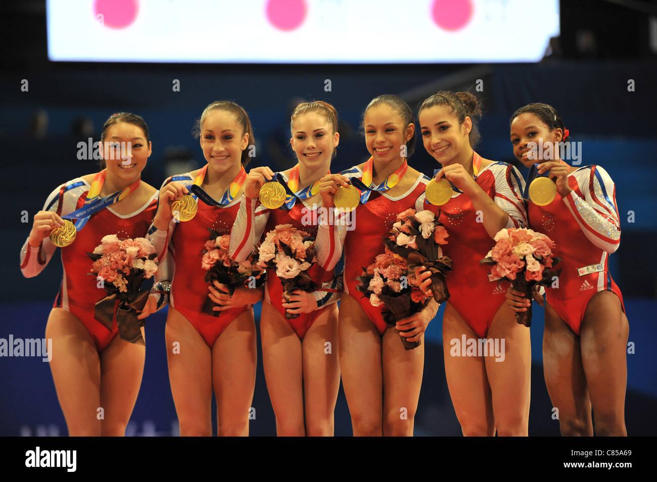 El equipo de Estados Unidos (EEUU) line-up durante el 2011 Campeonatos del Mundo de gimnasia artística. Imagen De Stock
