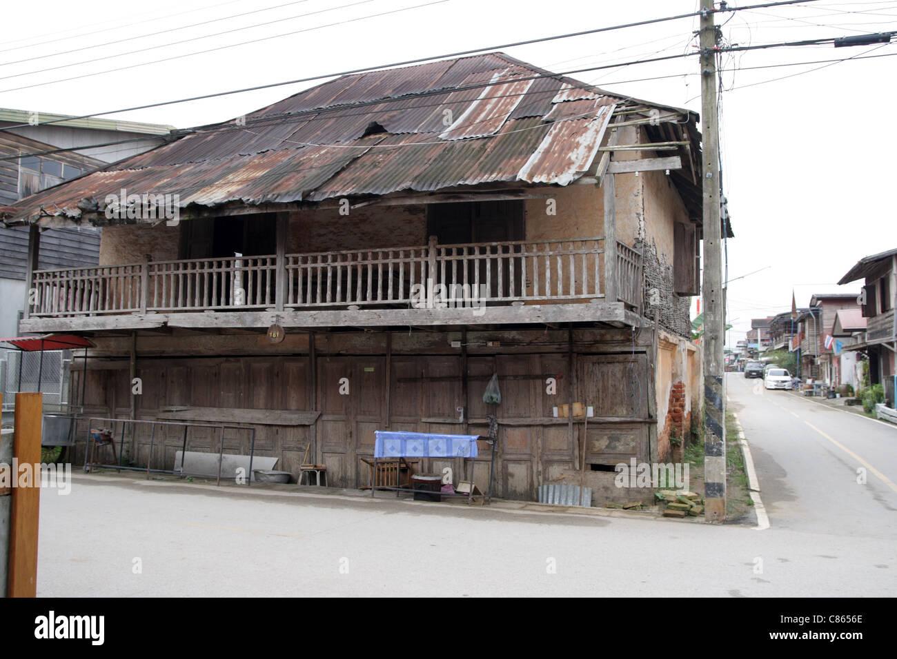 Antigua casa de madera tailandesa en Chieng kan , distrito provincia Loei , Tailandia Foto de stock