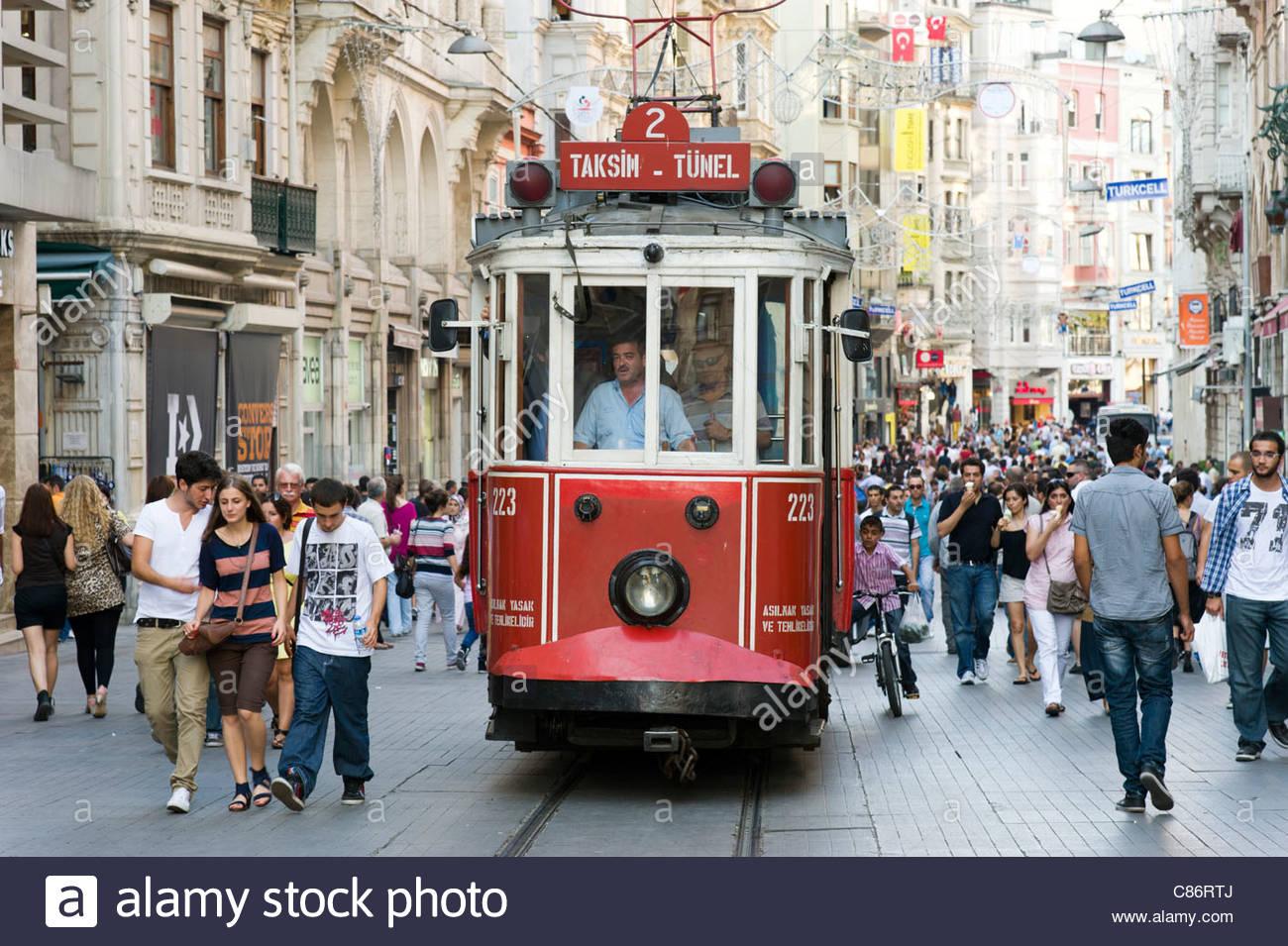 Antiguo tranvía rojo en la calle Istiklal Cadessi, Estambul, Turquía Imagen De Stock