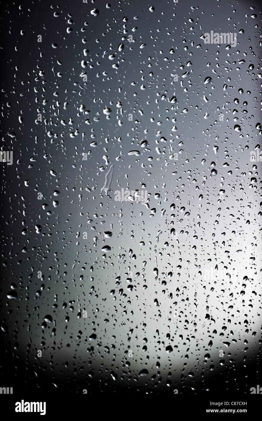 La lluvia en las ventanas de una casa en Bolton, Lancashire, Inglaterra. Fotografía por Paul Heyes Domingo, Imagen De Stock