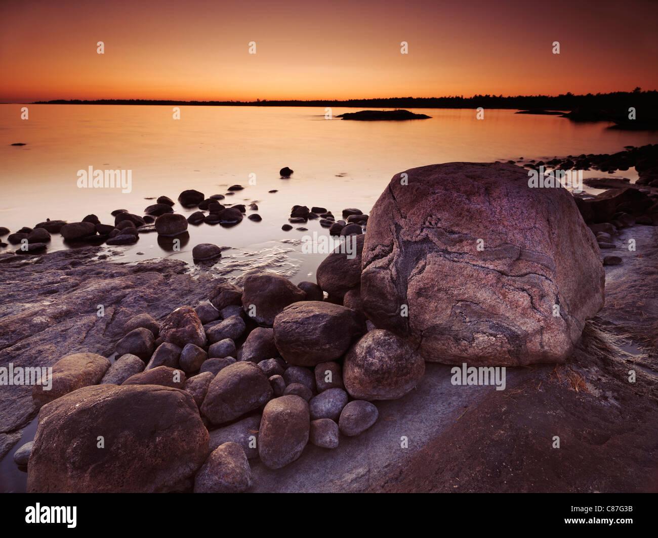 Crepúsculo hermoso paisaje de rocas en una orilla de la Georgian Bay, Muskoka, Ontario, Canadá Imagen De Stock