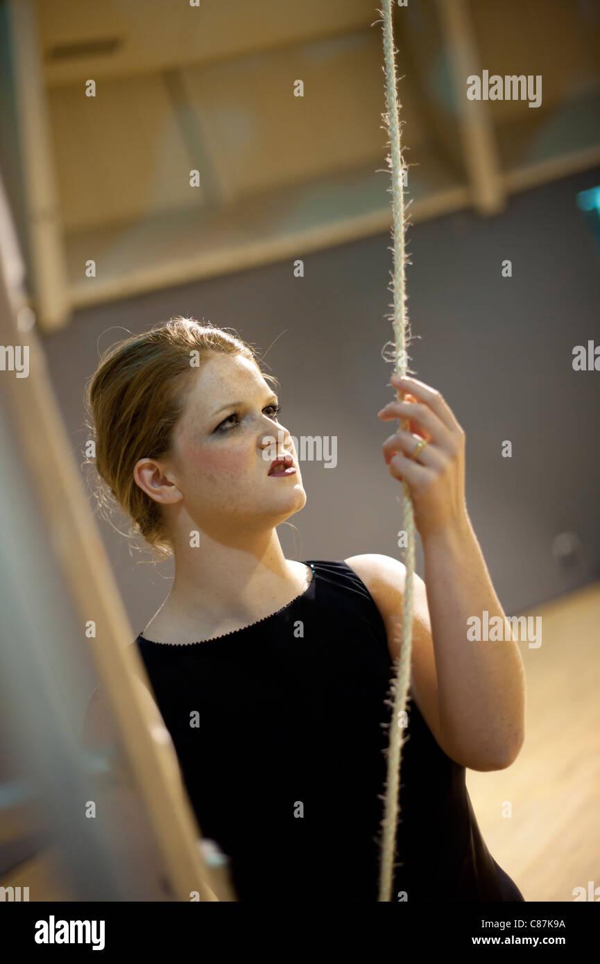 Un Aberystwyth Universidad estudios de teatro mujer estudiante actor interpretando en cinco nombres, un drama por Imagen De Stock