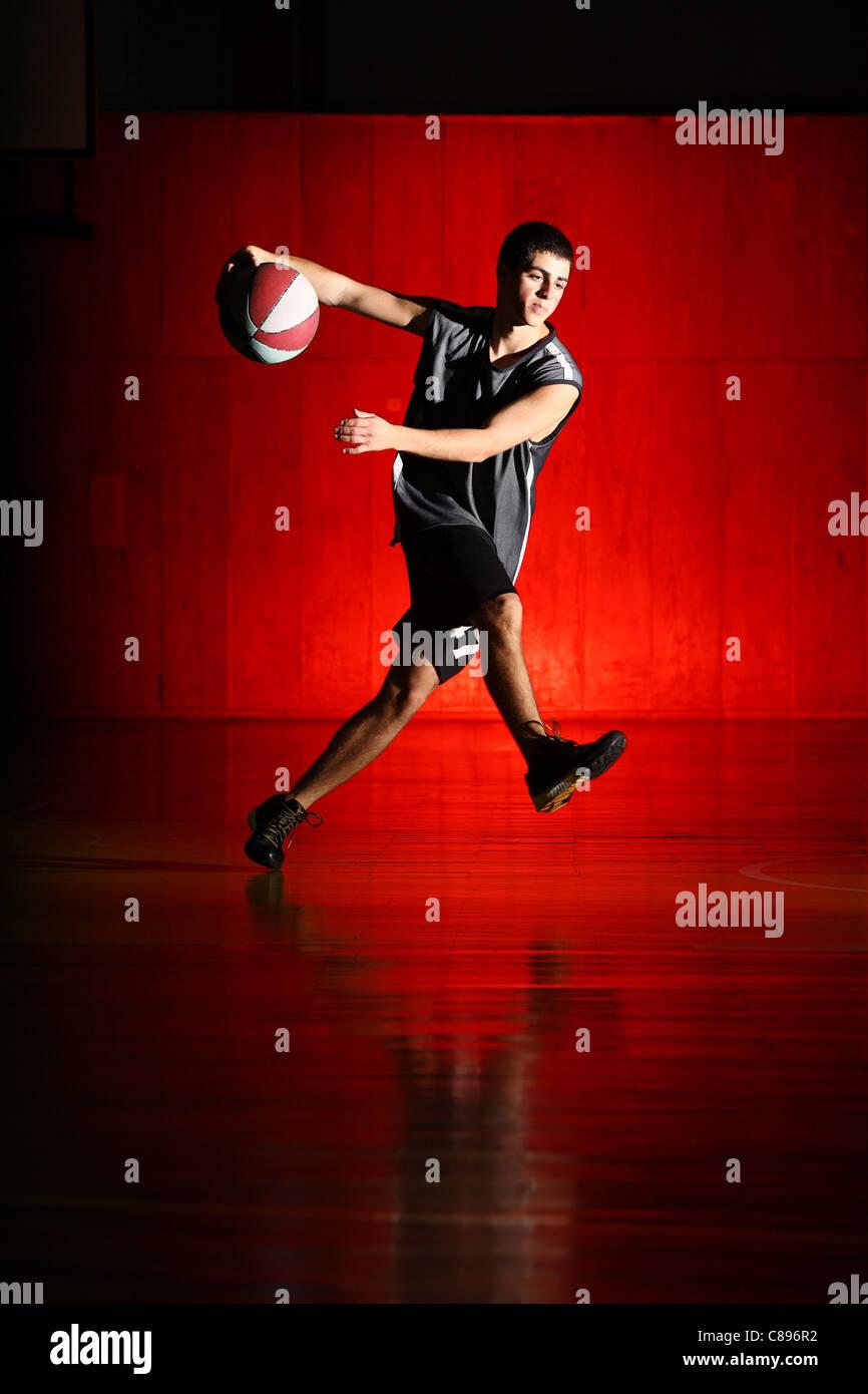 Baloncesto correr sobre fondo rojo. Imagen De Stock