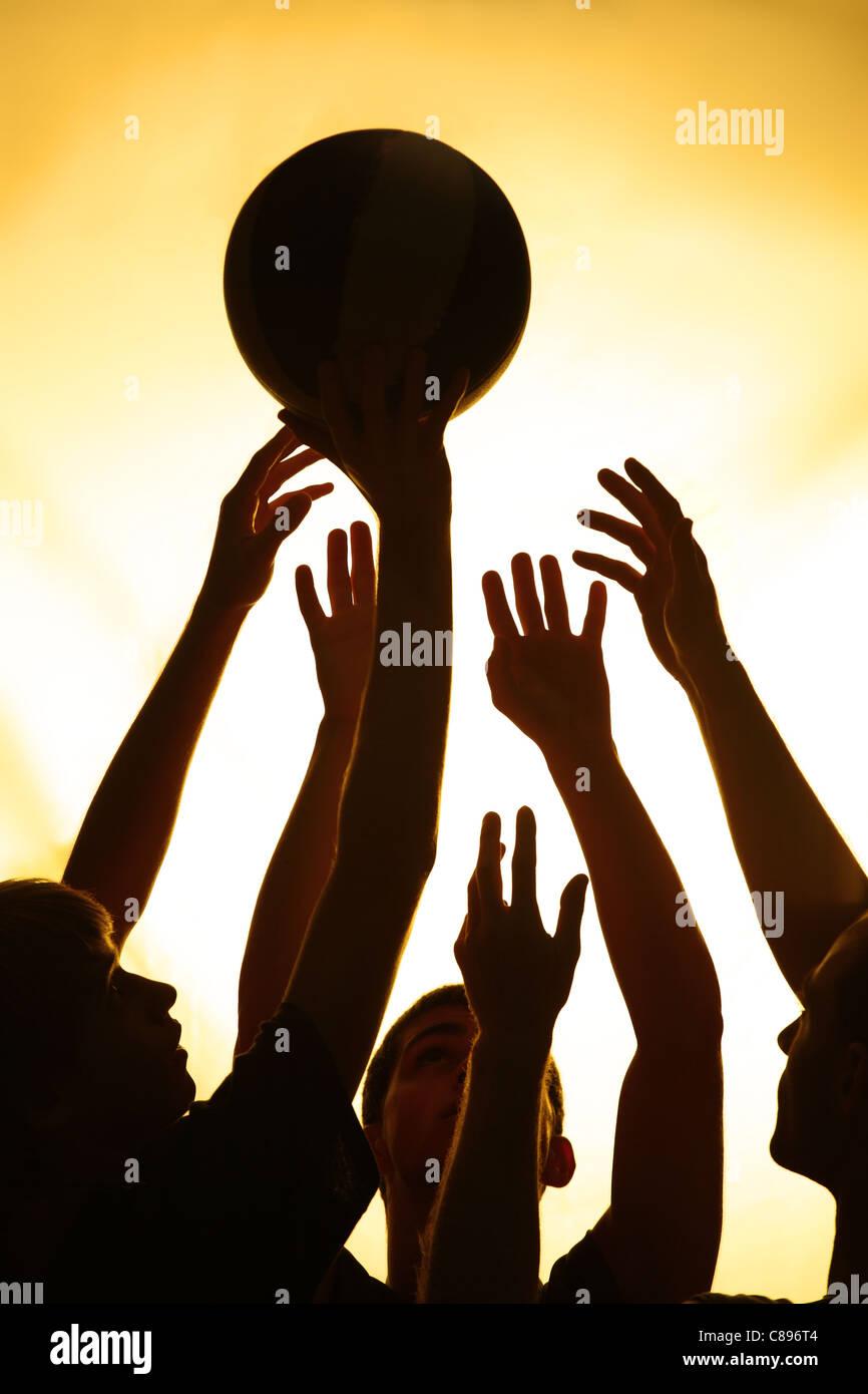 Lucha de baloncesto - negro siluetas de jugadores Imagen De Stock