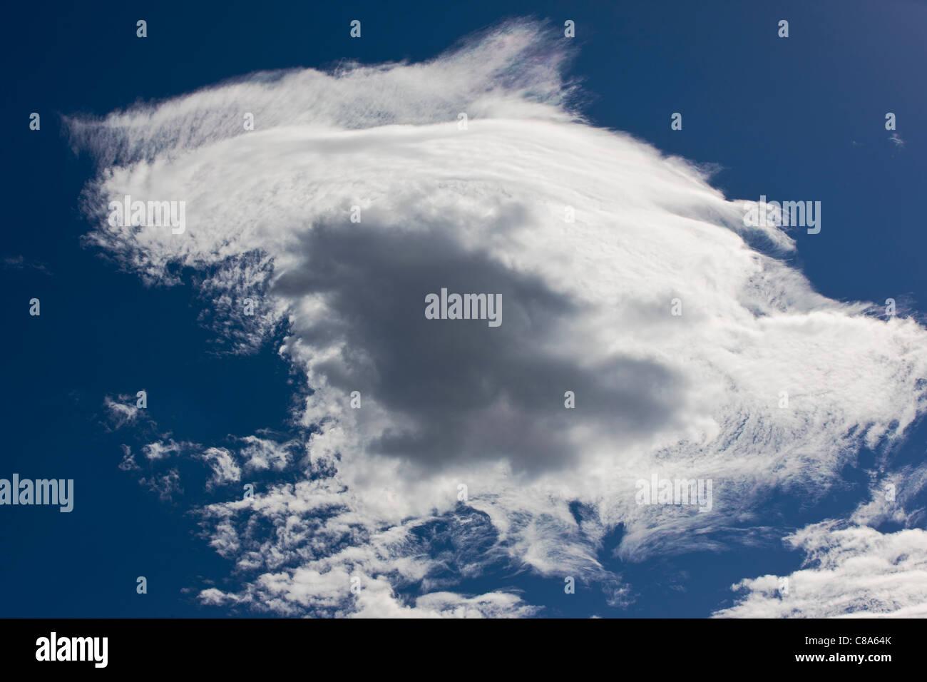 Las formaciones de nubes, inusual en un día soleado cielo azul en Colorado, EE.UU. Imagen De Stock