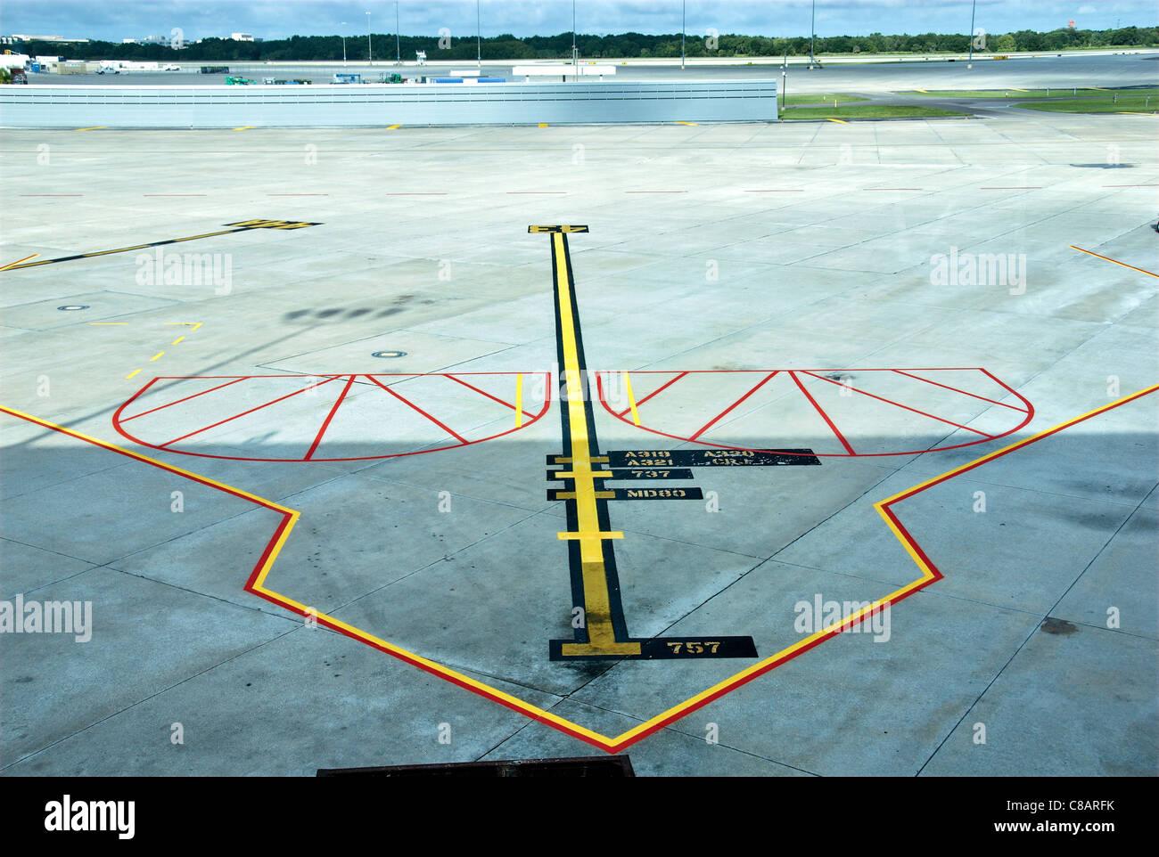 Las líneas guía pintada en la pista de aterrizaje en el aeropuerto de Tampa, Florida. Imagen De Stock