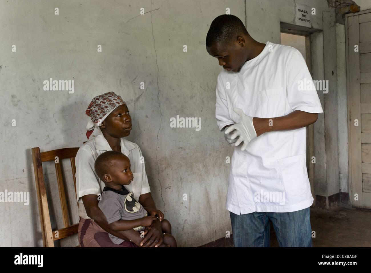 La prueba rápida del VIH de un niño cuya madre es VIH/SIDA positivo en Quelimane, Mozambique Imagen De Stock
