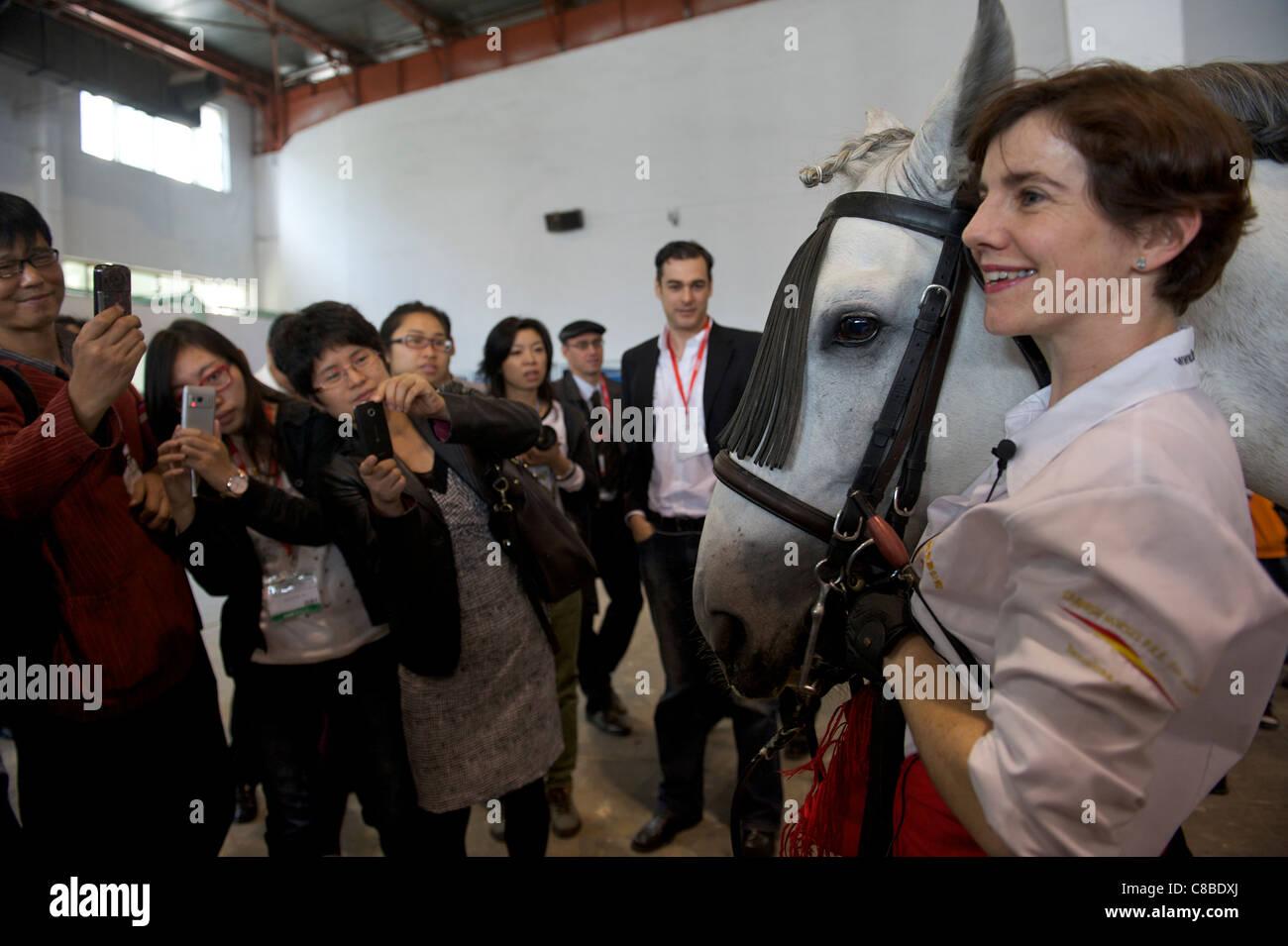 Audiencia China mira ecuestre español China el rendimiento durante la Feria del Caballo 2011 en Beijing, China. Imagen De Stock