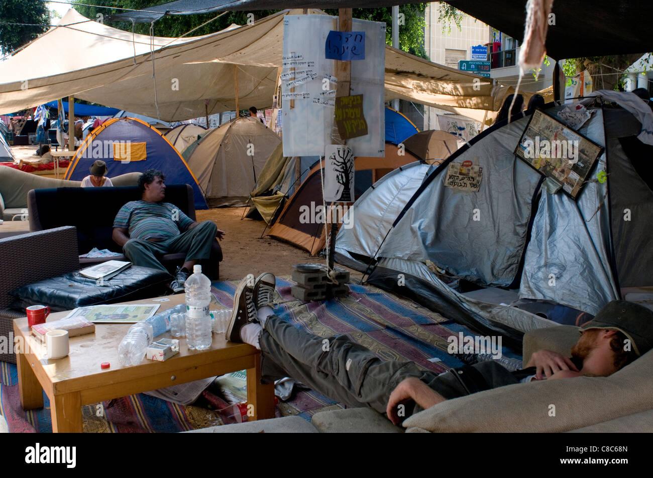 Izquierda jóvenes israelíes ocupan ,camping y tiendas Boulevard en tel Tel Aviv, que protestaban contra Imagen De Stock
