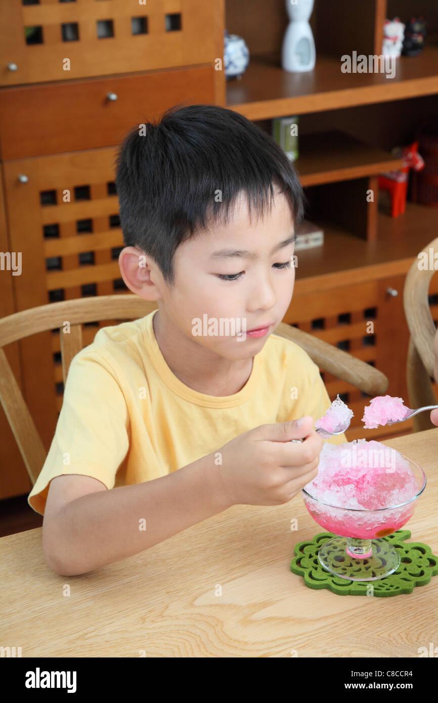 Boy comiendo shaved ice Foto de stock