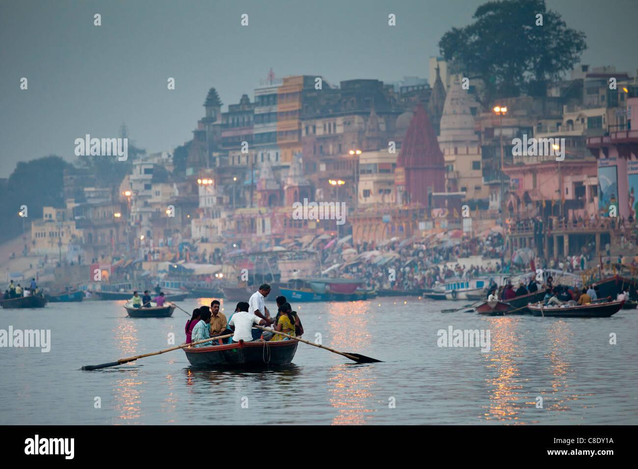 Escenas tradicionales de turistas en el río Ganges en Varanasi, Benares, el norte de la India. Imagen De Stock