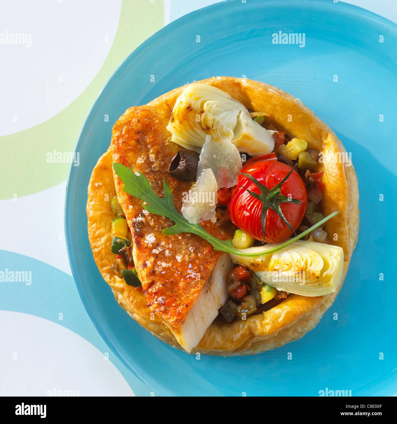 Salmonetes y verduras tarta de hojaldre delgado Imagen De Stock