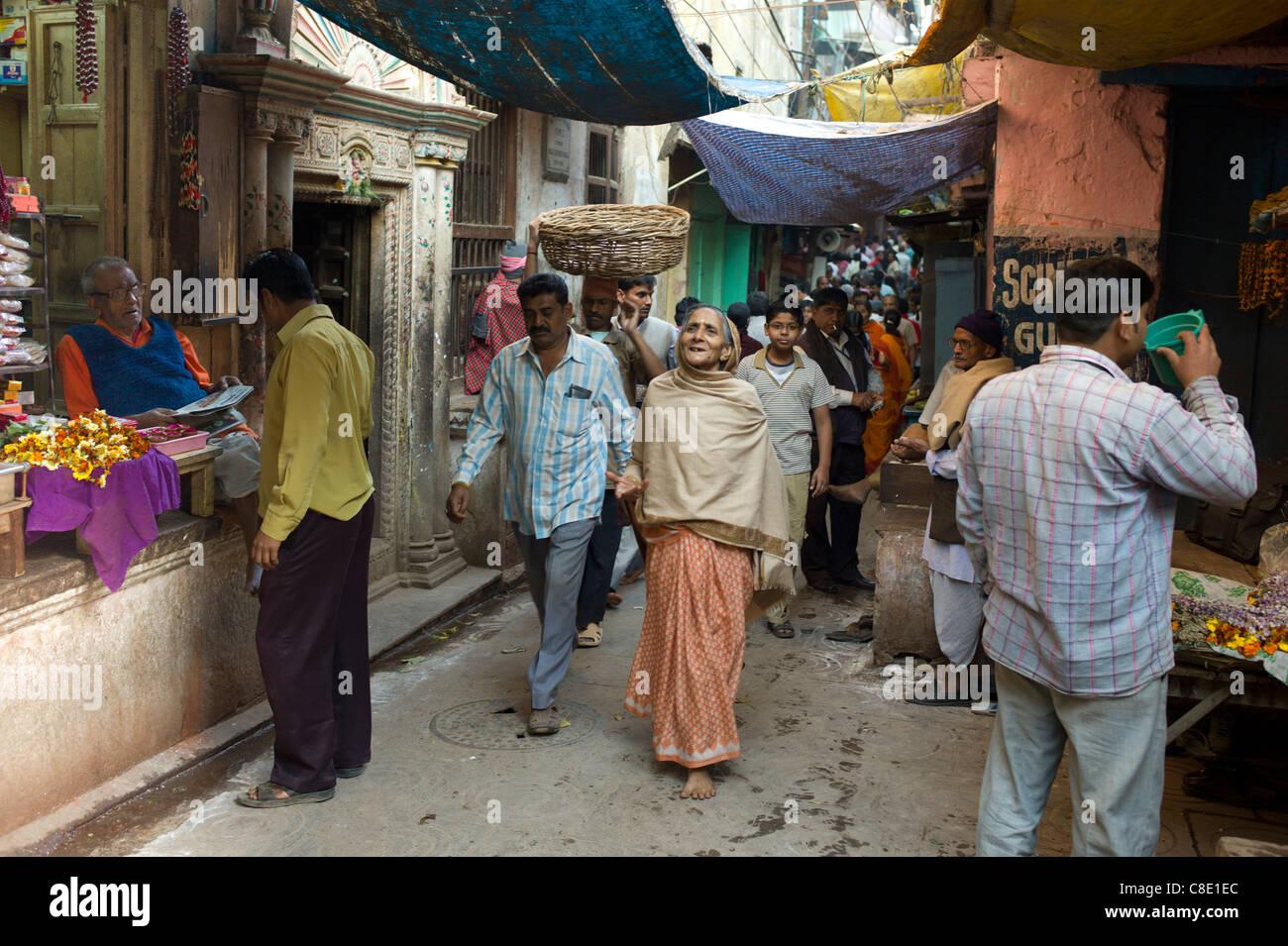 Pueblo Indio en el callejón en la ciudad santa de Varanasi, Benares, el norte de la India. Imagen De Stock