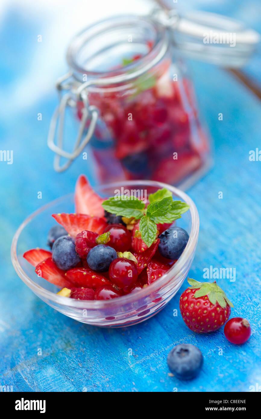 Tazón de fruta de verano y tarros. Imagen De Stock