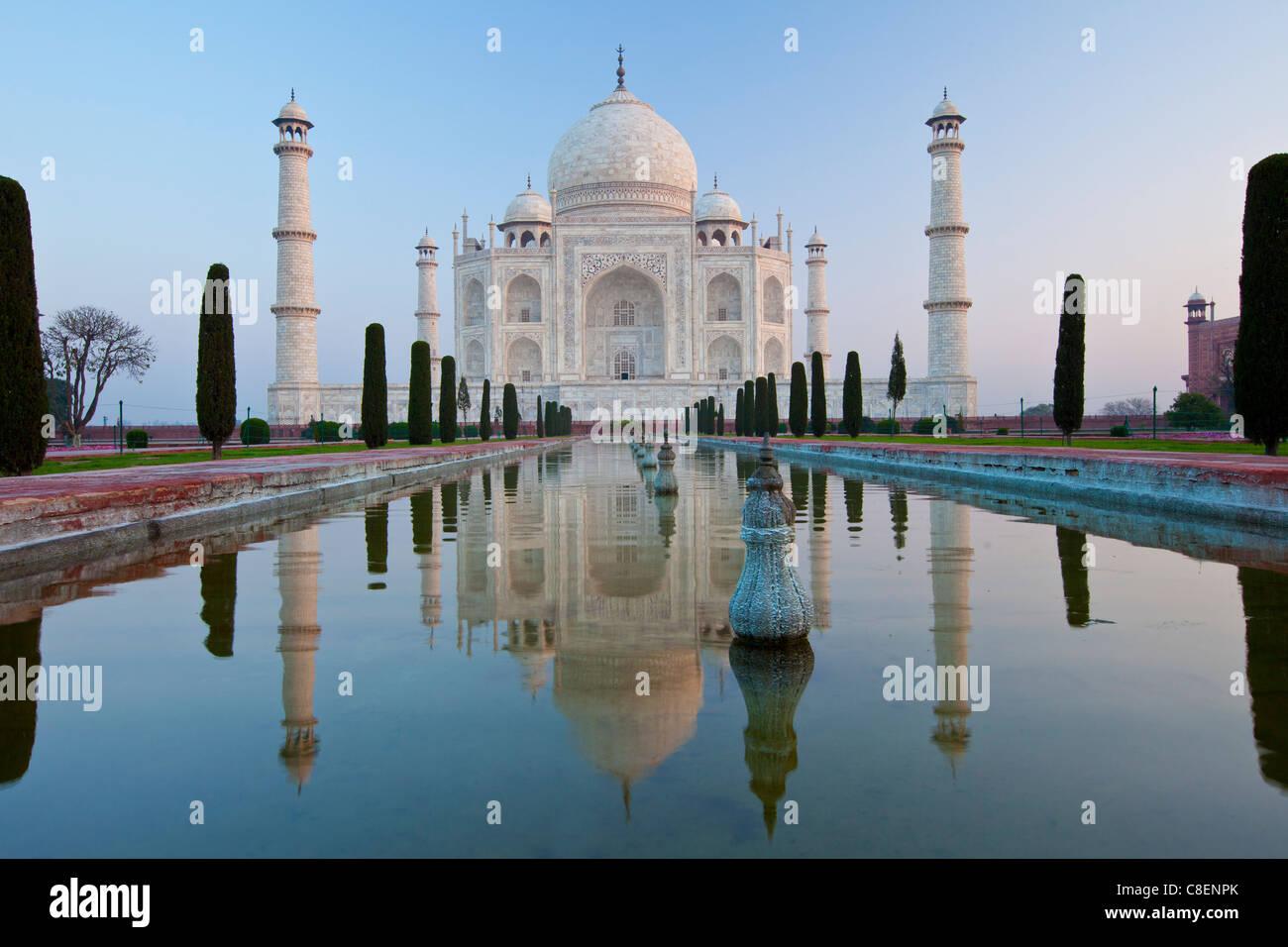El Taj Mahal mausoleo del sur con vista piscina reflectante y cipreses, Uttar Pradesh, India Imagen De Stock