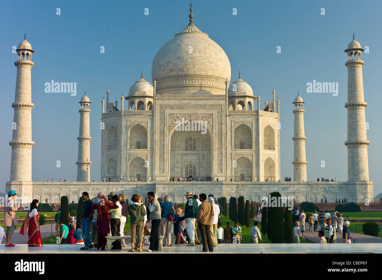 Los turistas en el Taj Mahal mausoleo vista meridional de Uttar Pradesh, India Foto de stock