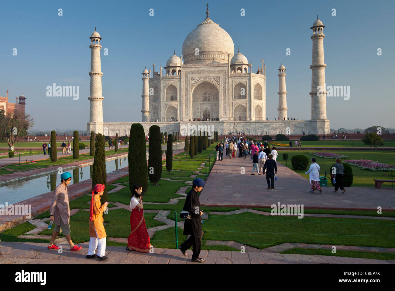 Los turistas asiáticos en el Taj Mahal mausoleo vista meridional de Uttar Pradesh, India Imagen De Stock