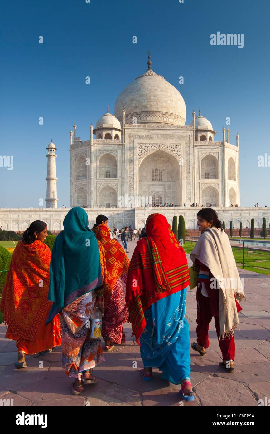 Los turistas que visitan la India Taj Mahal mausoleo acercarse al sur de vista, Uttar Pradesh, India Imagen De Stock
