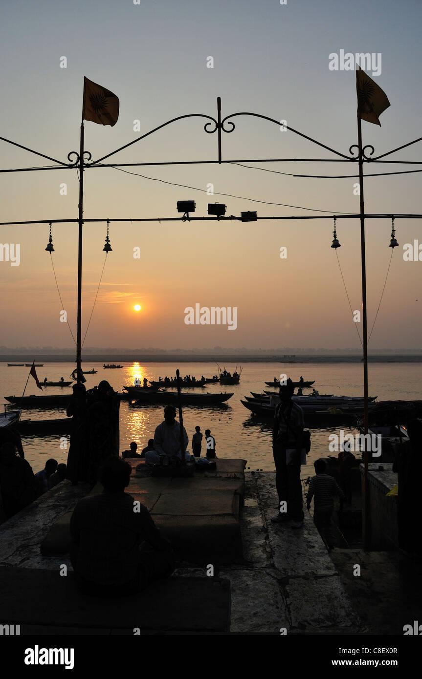 El río Ganges (Ganga) al amanecer, Varanasi (Benares, Uttar Pradesh, India Imagen De Stock