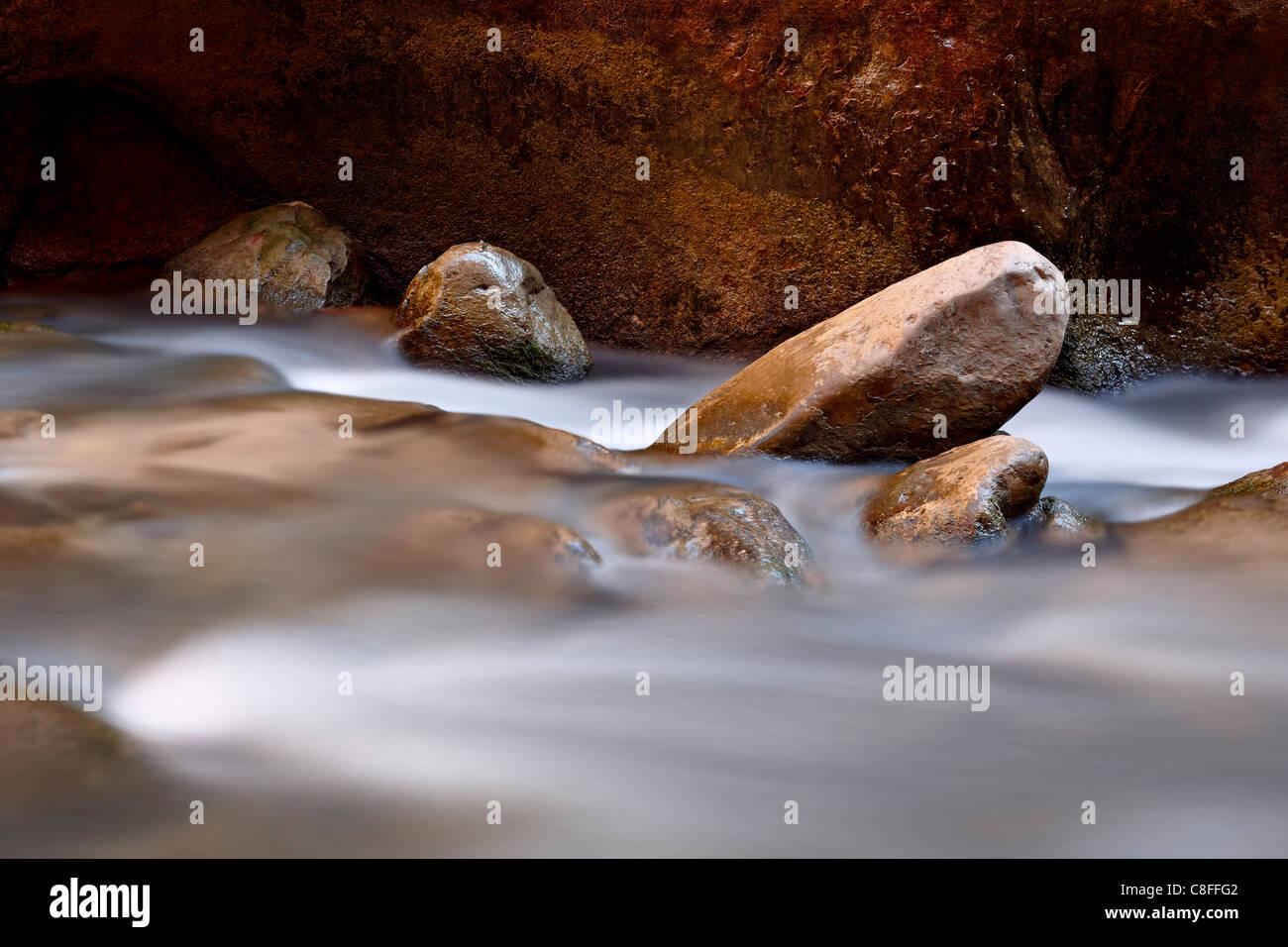 Las rocas redondas en el Virgin River cerca del Estrecho, el Parque Nacional de Zion, Utah, Estados Unidos de América Foto de stock