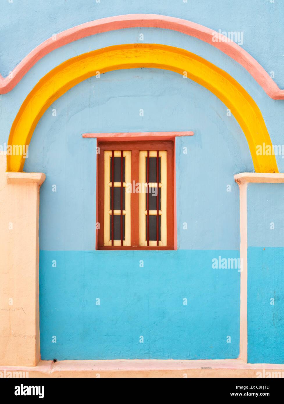Colorido azul y amarillo casa de pueblo Indio detalle. Andhra Pradesh. La India Imagen De Stock