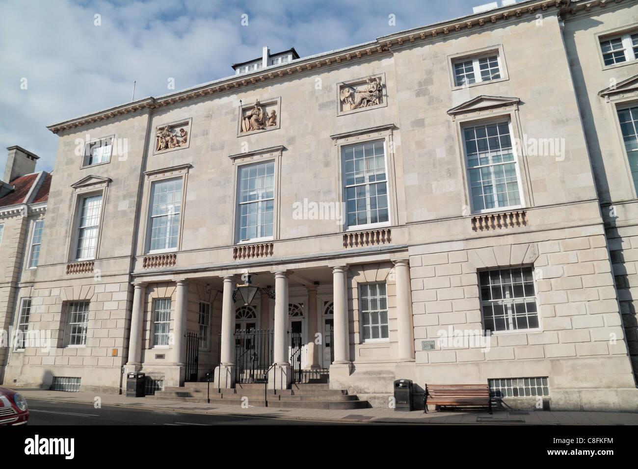 Entrada principal al Lewes County Hall & Crown Court edificios en el centro de Lewes, East Sussex, Reino Unido. Foto de stock