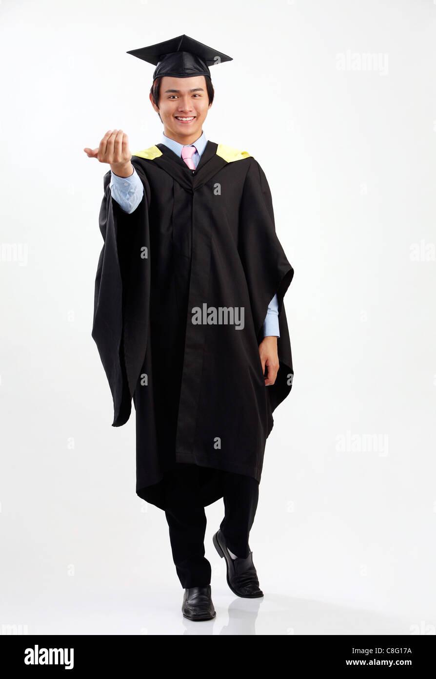 4c2d157e9 Longitud total del hombre de la toga de graduación Foto   Imagen De ...