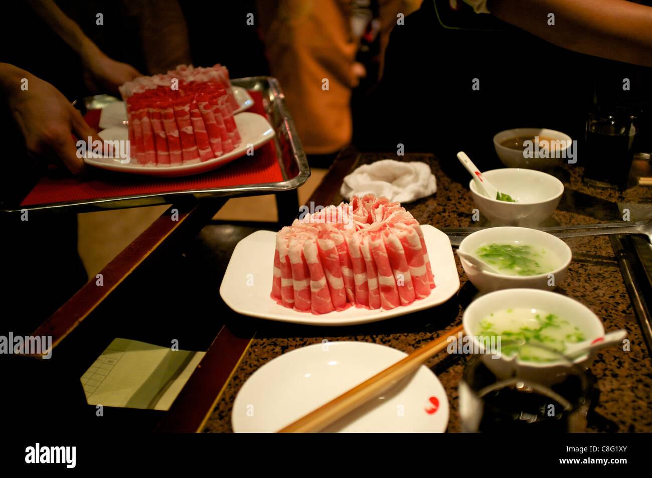 La carne de vacuno y de cordero en Hai Di Lao Hot Pot restaurant en Beijing, China. 21-Oct-2011 Imagen De Stock