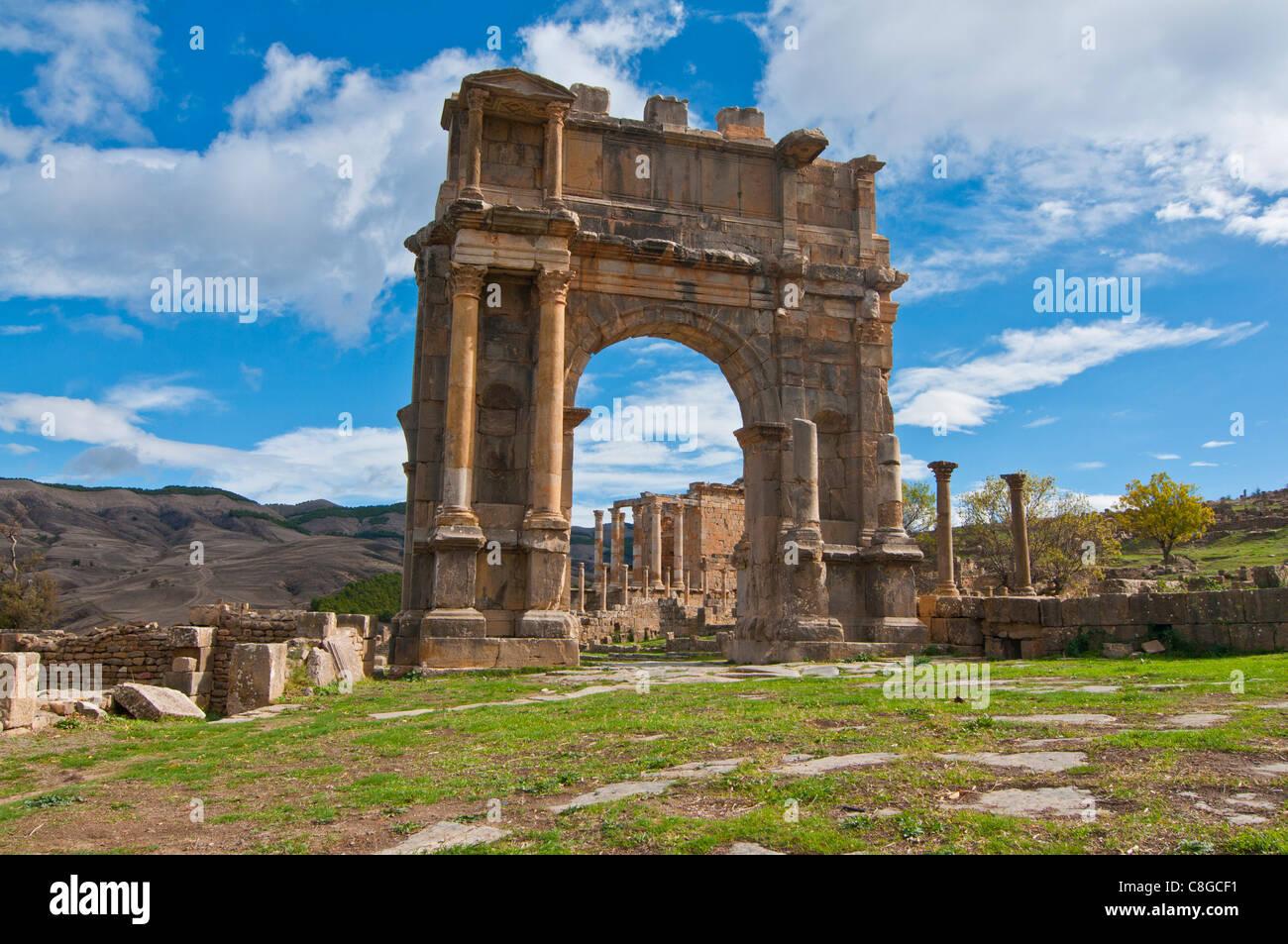 El arco de Caracalla en las ruinas romanas de Djemila, Sitio del Patrimonio Mundial de la UNESCO, Argelia, Norte Imagen De Stock